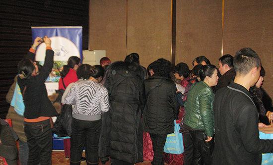 图为 推介会现场重庆市民们争相询问项目情况